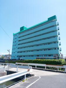 遠賀川駅前通りのひと際目を引くグリーンの外観