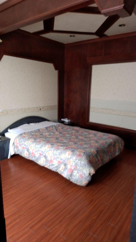 大きな備え付きベッド