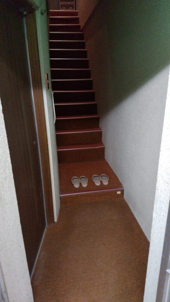 居室への階段は勾配があり、足腰に不安がある方は要確認です。